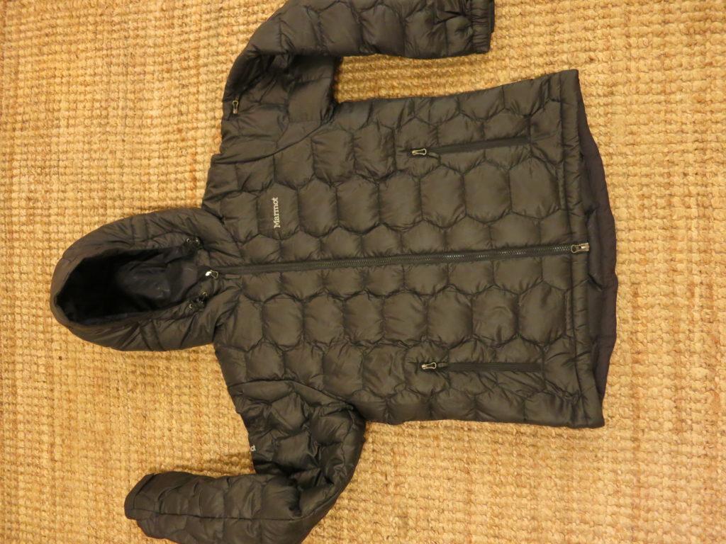 """Marmot Ama Dablam Hoody- מעיל במילוי פוך (800), כולל כובע מבודד. עלות השכרה: 160 ש""""ח לשבועיים"""