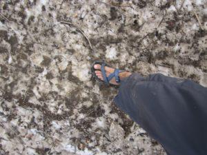 דוגמא לציוד לא מתאים- סנדלים על שלג