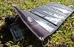 הטענה של 4 סוללות AA באמצעות מטען סולארי קל משקל
